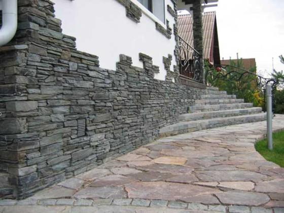 otdelka iskusstvennym kamnem sten tropinok i lestnic